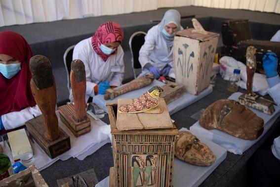 presentan en egipto mas de 100 sarcofagos recien descubiertos 2