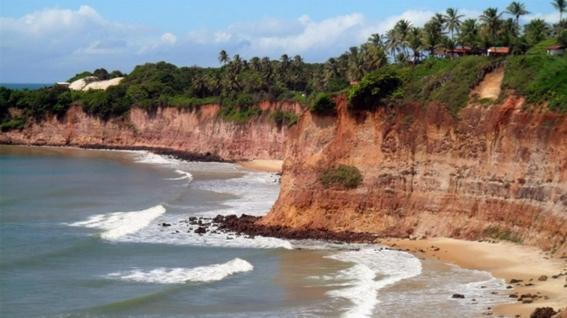 muere una familia tras un derrumbe en una playa de brasil 1