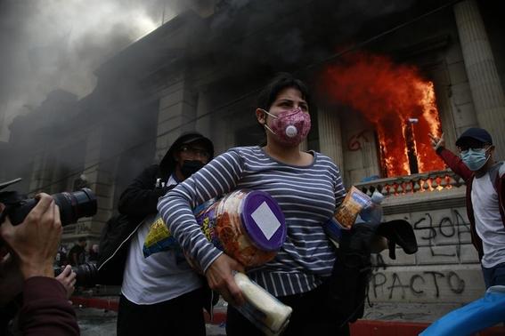 manifestantes prenden fuego a congreso de guatemala 1