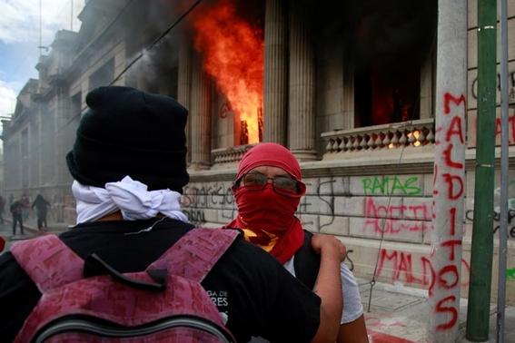manifestantes prenden fuego a congreso de guatemala 2
