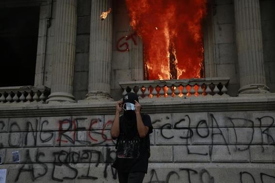 manifestantes prenden fuego a congreso de guatemala 3