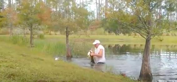 hombre arriesgo su vida por salvar a su perro de un cocodrilo 1