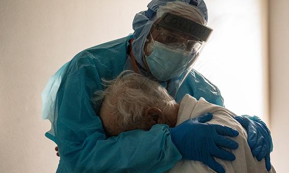 medico abraza a abuelito con covid19 y la tierna imagen se viraliza 2