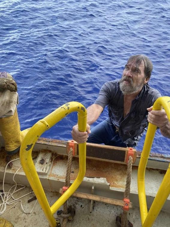 rescatan a hombre que desaparecio 2 dias en altamar; lo encontraron aferrado a su bote 1