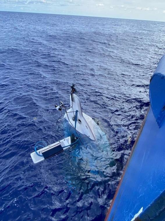 rescatan a hombre que desaparecio 2 dias en altamar; lo encontraron aferrado a su bote 2