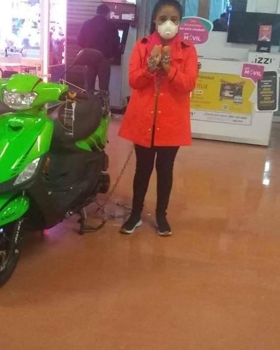 mujer se encadena a moto buen fin 1