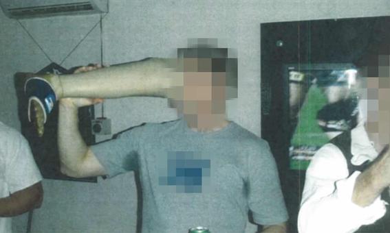 soldados aparecen bebiendo en pierna ortopedica de taliban muerto 1