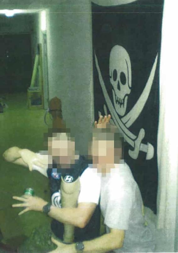 soldados aparecen bebiendo en pierna ortopedica de taliban muerto 2
