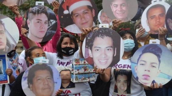 instalan arbol de navidad en veracruz con fotos de desaparecidos 1