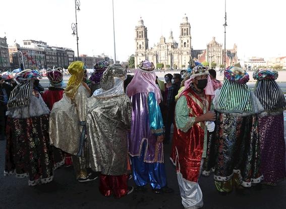 'reyes magos' y 'santas' protestan en cdmx para que los dejen trabajar 2