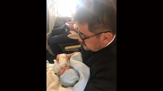 sacerdote adopta a bebe con sindrome de down 3