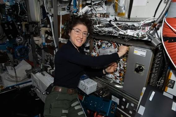 presentan a los astronautas que volveran a la luna con el programa artemis 1