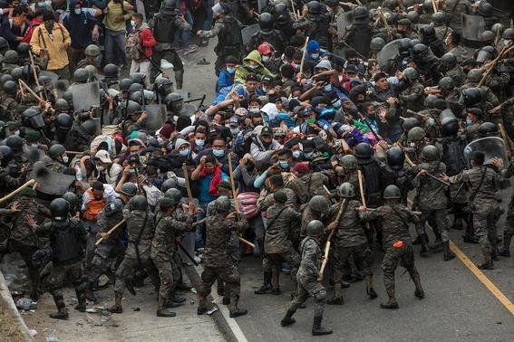 guatemala reprime con violencia a la caravana migrante hondurena 1
