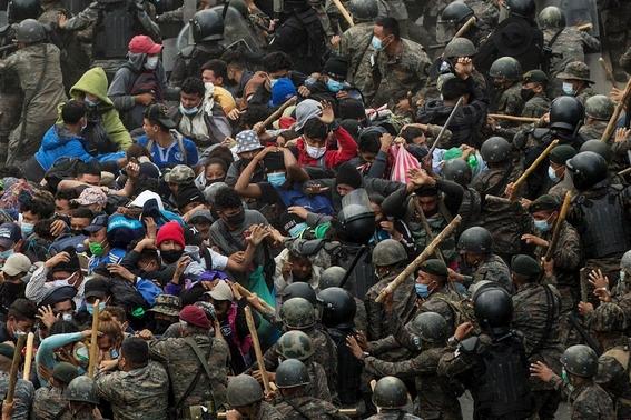 guatemala reprime con violencia a la caravana migrante hondurena 3