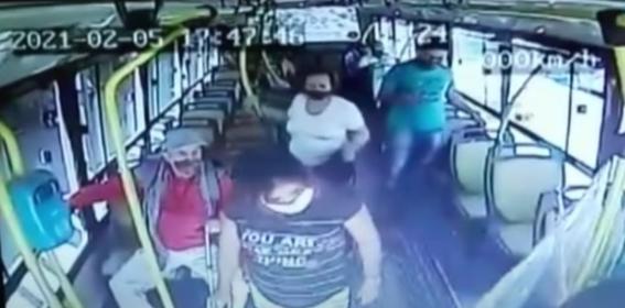 Resultado de imagen para autobús en Bariloche (Argentina) atacó conductor