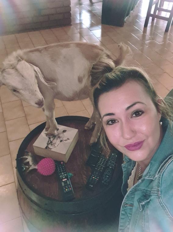 mujer posa con corazon de jirafa; su esposo le regalo un dia de caceria por el 14 de febrero 3