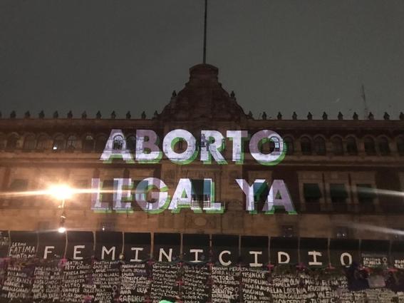 FOTOS. Mujeres proyectan en Palacio Nacional su protesta previo al 8M - mexico
