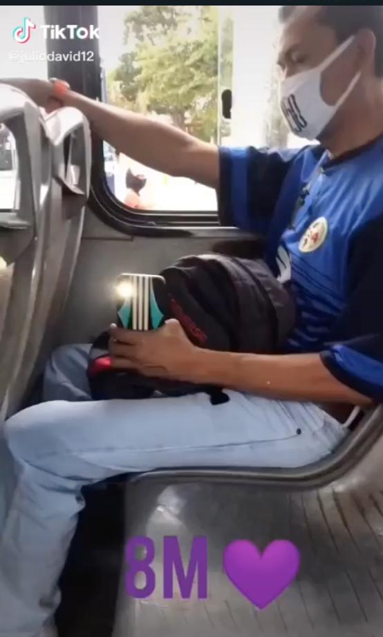 hombre graba piernas mujer 8m transporte cancun 1