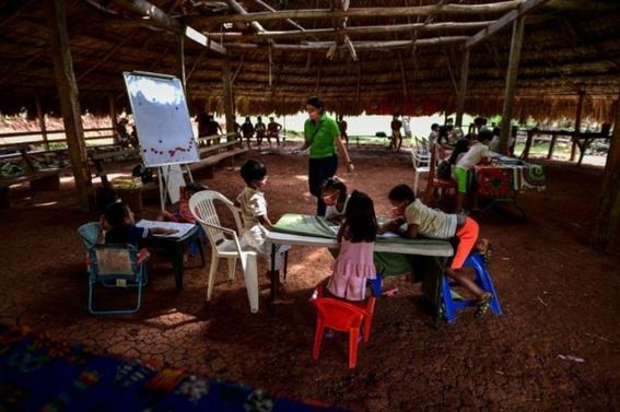 ¡esa es vocacion maestra cruza rio en canoa para impartir clases en un poblado sin internet 1