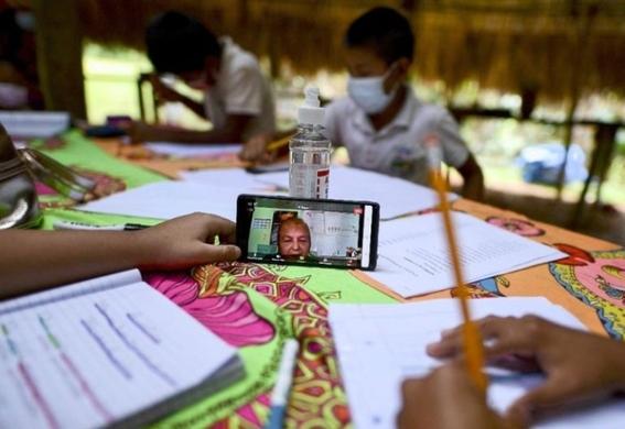¡esa es vocacion maestra cruza rio en canoa para impartir clases en un poblado sin internet 2