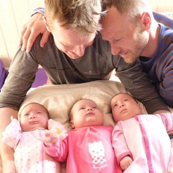pareja gay tuvo trillizas luego de que sus dos madres sustitutas dieran a luz al mismo tiempo 1