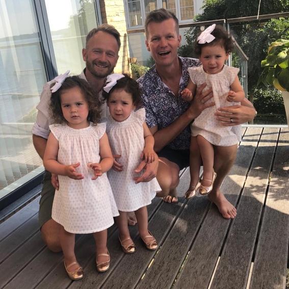 pareja gay tuvo trillizas luego de que sus dos madres sustitutas dieran a luz al mismo tiempo 2