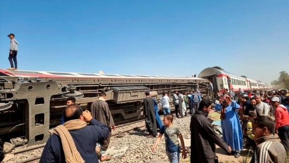 al menos 32 muertos y 66 heridos en el choque de dos trenes en el sur de egipto 1