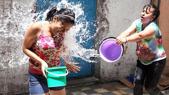 ¿por que la gente acostumbra mojarse en el sabado de gloria 1