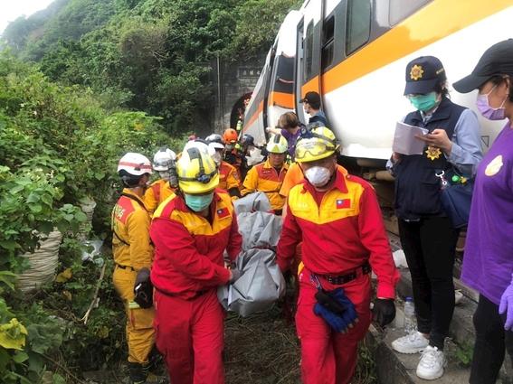 fotos y video decenas de muertos y heridos al descarrilarse un tren en un tunel de taiwan 1