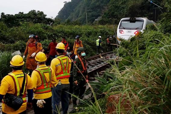 fotos y video decenas de muertos y heridos al descarrilarse un tren en un tunel de taiwan 2