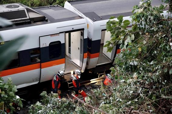 fotos y video decenas de muertos y heridos al descarrilarse un tren en un tunel de taiwan 3