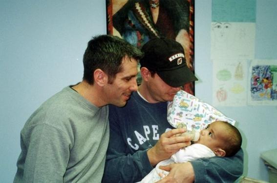 pareja gay adopta a bebe que encontraron abandonado en el metro de nueva york 1