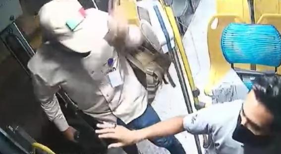 video chofer evita robo y avienta a asaltante de camion en movimiento 1