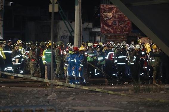 fotos de los momentos del desplome del metro olivos en la cdmx 3