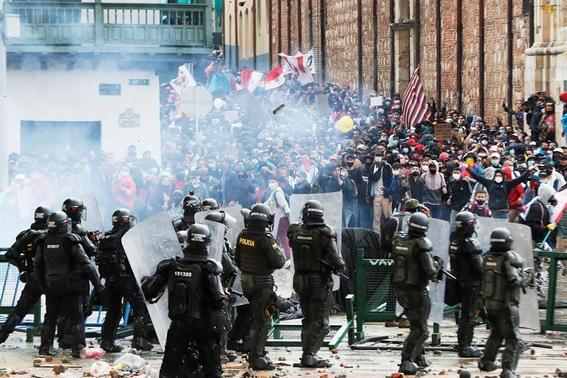 la policia colombiana enfrenta multiples denuncias por brutalidad y arbitrariedad incluso segun consta en videos de redes han disparado a quem 2