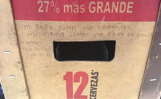 nina pide auxilio escribiendo mensaje en carton de cervezas 2