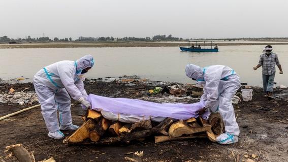 decenas de cadaveres flotan en el rio ganges; presuntamente murieron por covid19 1
