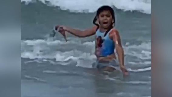 video madre graba cuando su nina se topa tiburon playa 1