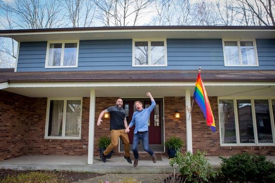 prohiben a pareja gay colocar bandera lgbt iluminan casa de arcoiris 1
