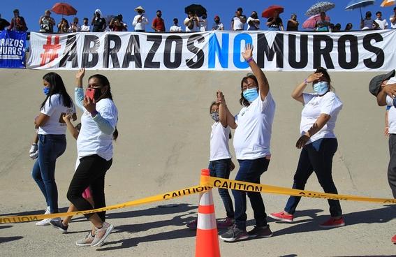 familias migrantes abrazo frontera 1