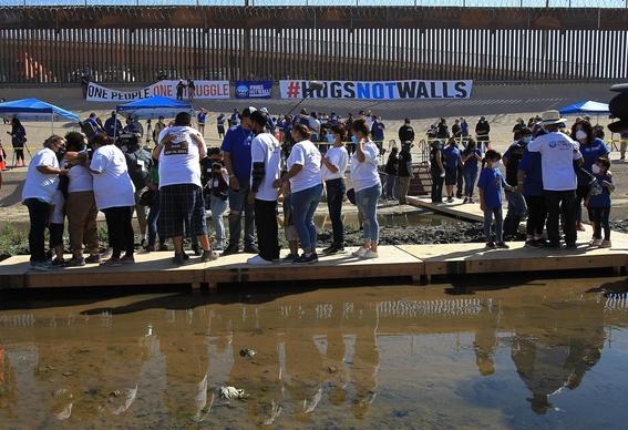 familias migrantes abrazo frontera 2
