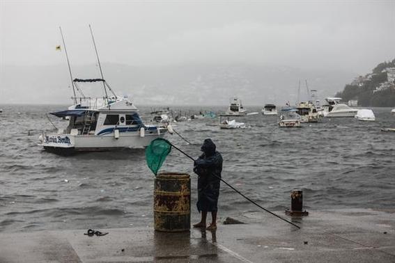 huracan enrique se intensifica alcanza categoria 1 en costas mexicanas 1