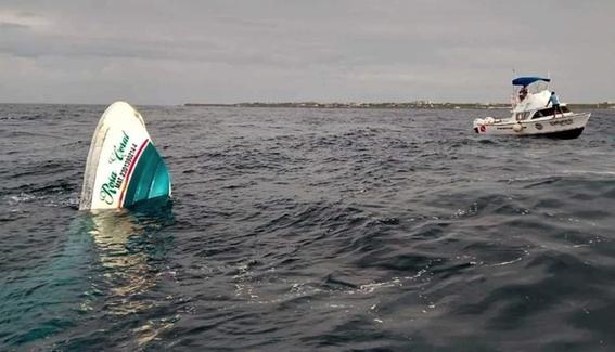 tres turistas lancha isla mujeres hombre embarcacion 1