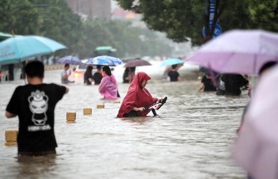 china zhengzhou lluvias inundaciones imagenes metro 2