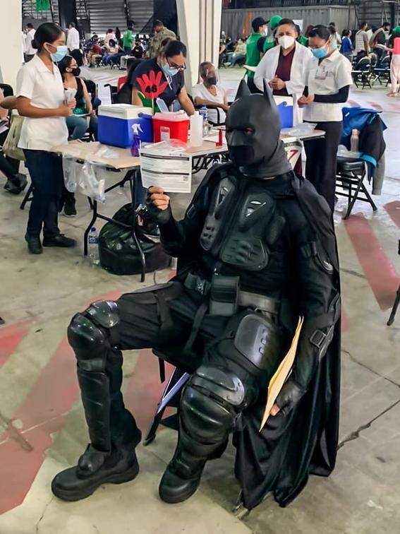 batman se vacuna contra covid19 cdmx 1
