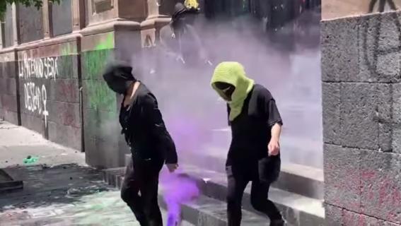 rocian con extintores a feministas que exigen despenalizar el aborto en edomex 1