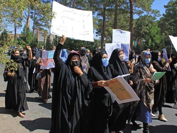 mujeres afganas toman kabul para exigir ser incluidas en el gobierno taliban 1