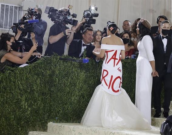 mujeres envian mensajes politicos en vestidos de la met gala 2021 1