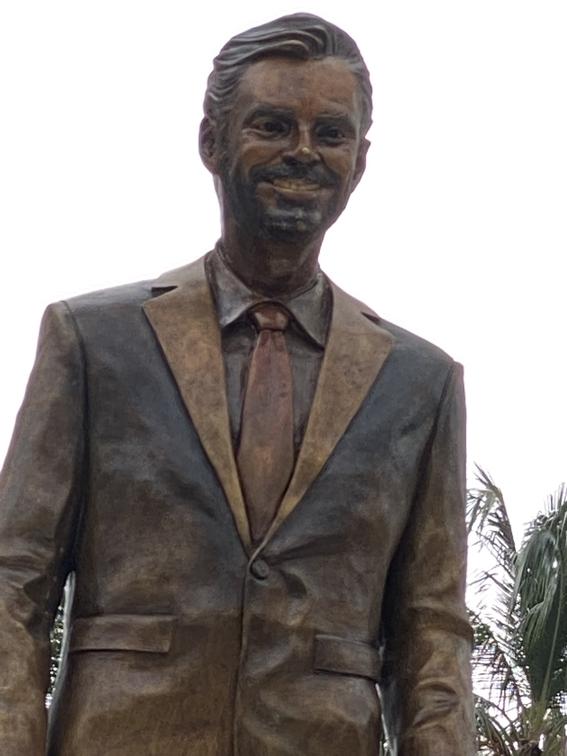 develan estatua de eugenio derbez en acapulco y se indignan en redes sociales 2
