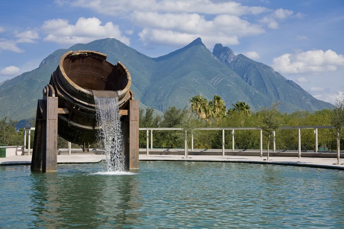 Lago y fuente icónica del Paseo Santa Lucía en Monterrey